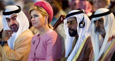 Prinses Maxima luistert samen met de Sjeik Khalifa bin Zayed Al Nahyan president van Abu Dhabi naar de openingstoespraak van Prins Willem-Alexander van de World Future Energy Summit WFES