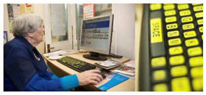 Usability testing met een oudere, slechtziende vrouw (bron: Teced.com)